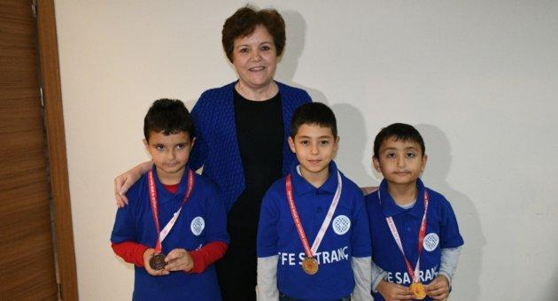 Başkan Yardımcısı Berker Satranç Turnuvasında Dereceye Girenlere Ödüllerini Verdi